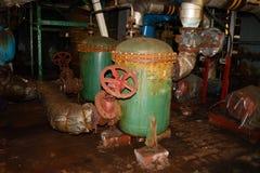 Oud roestig verlaten metaalijzer slecht in de pompen van de warmtewisselaarspijpen van het corrosiemateriaal bij een industrieel  stock afbeeldingen