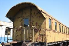 Oud roestig vervoer voor passagiers royalty-vrije stock afbeeldingen