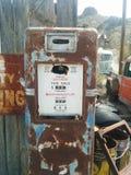 Oud, roestte uitstekende benzinepomp in de woestijn stock foto