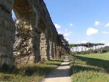 Oud Roman aquaduct dat in profiel in het park van de aquaducten in Rome wordt gezien Italië Stock Foto