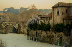 Oud roman Fabricio Bridge Ponte Fabricio, Tiber-Eiland Isola Tiberina en rivier Tiber Stock Afbeeldingen