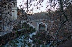 Oud roman Fabricio Bridge Ponte Fabricio, Tiber-Eiland Isola Tiberina en rivier Tiber bij de winter Royalty-vrije Stock Foto's