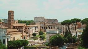 Oud Roman Forum en beroemde Coliseum op de achtergrond Mooie oude vensters in Rome (Italië) stock video