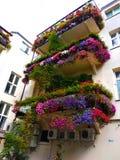Oud romantisch balkon met bloemen in het centrum van Warshau stock foto's