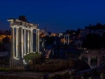 Oud Rome - Roman forum in de nacht stock foto
