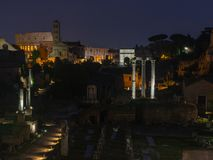 Oud Rome - Roman forum in de nacht royalty-vrije stock afbeeldingen