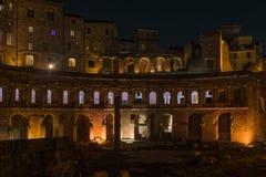 Oud Rome - Roman forum in de nacht stock afbeelding