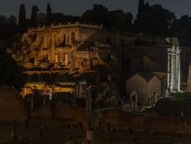 Oud Rome - Roman forum in de nacht royalty-vrije stock foto