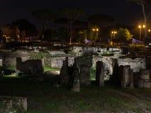 Oud Rome - Roman forum in de nacht royalty-vrije stock foto's