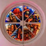 Oud rond gebrandschilderd glasvenster in vernietigd in de kerk, heldere kleuren royalty-vrije stock fotografie