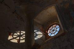 Oud rond venster in een vernietigd gebouw stock afbeelding