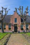 Oud rood baksteenhuis in het hisorical dorp van Aduard stock afbeeldingen