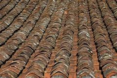 Oud rood betegeld dak royalty-vrije stock afbeelding