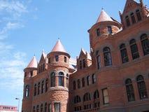 Oud rood gerechtsgebouw vooraanzicht Royalty-vrije Stock Foto's