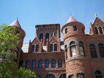 Oud rood gerechtsgebouw zijaanzicht Royalty-vrije Stock Foto