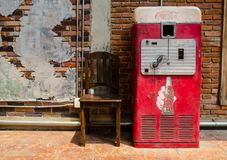 Oud rood Retro Coca-Cola Mini Refrigerator royalty-vrije stock afbeelding