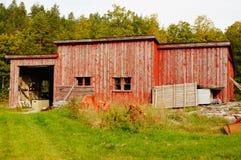 Oud rood verlaten landbouwbedrijf, Noorwegen Stock Foto's