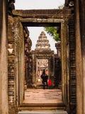 Oud Rotskasteel van Pimai in Thailand stock foto's