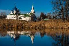 Oud Russisch stadslandschap met kerk Mening van Suzdal-cityscape Stock Afbeeldingen
