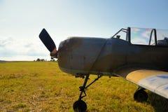 Oud Russisch vliegtuig op groen gras Royalty-vrije Stock Foto