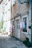 Oud rustiek huis met witte deuren en wasserij Stock Foto