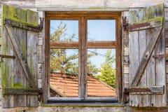 Oud rustiek venster van een traditioneel landbouwbedrijf royalty-vrije stock afbeelding