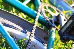Oud Rusty Bike op Gras in Kamp royalty-vrije stock afbeeldingen