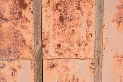 Oud Rusty Iron Fence met Raad Stock Foto's