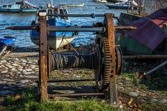 Oud Rusty Pulley voor Winching-Boten royalty-vrije stock afbeelding