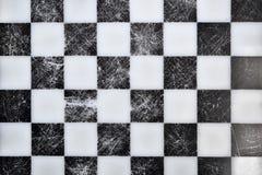 Oud schaakbord op bovenkant stock afbeeldingen