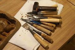 Oud scherp houten materiaal in beeldhouwerworkshop stock foto