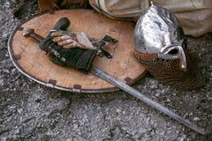 Oud schild met zwaard en helm Stock Foto's