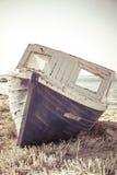 Oud schip aan de grond bij strand stock fotografie