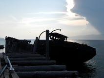 Oud schip bij zonsondergang stock afbeelding