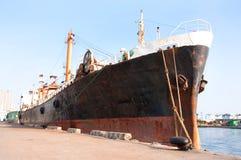 Oud schip dat bij de pijler wordt tegengehouden Stock Foto