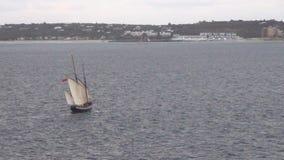 Oud schip dichtbij eiland stock videobeelden
