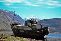 Oud schip op achtergrond van bergen Royalty-vrije Stock Afbeelding