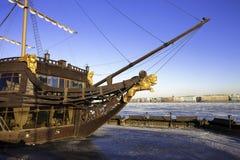 Oud schip op de banken van de Neva-rivier in St. Petersburg, Russi Stock Fotografie