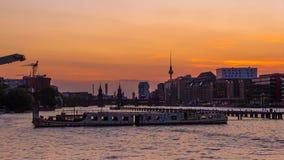Oud schip op de fuifrivier in Berlijn op TV-toren en Oberbaum B royalty-vrije stock afbeelding