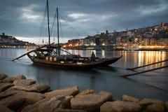 Oud schip op duororivier in Porto, Portugal die rum vervoeren barr stock foto