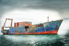 Oud schip op kalme overzees een wrak die nog drijven stock foto's