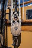 Oud schipoptuigen - kabel en blok stock afbeelding