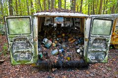 Oud Schroot Van Filled With Oil Cans stock afbeeldingen