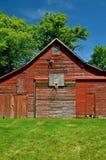Oud Schuurhuis aan Openluchtbasketbal Stock Foto's