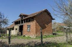 Oud secundair huis in kleine stad Royalty-vrije Stock Foto's