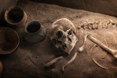 Oud skelet die in graf liggen royalty-vrije stock afbeelding