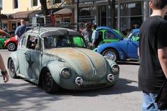 Oud sla auto omhoog het drijven stock foto's
