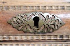 Oud slot in houten lade Stock Foto's