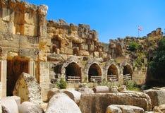 Oud slot met een nationale vlag van Libanon Royalty-vrije Stock Afbeeldingen
