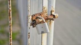 Oud slot op een roestige poort stock foto's